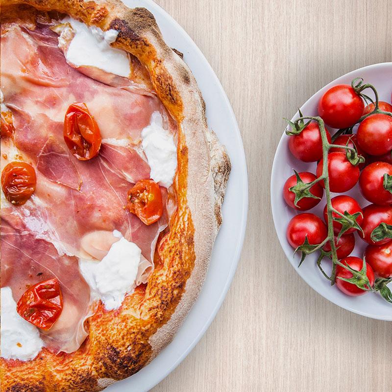 pizza burrata e prosciutto crudo con pomodori confit